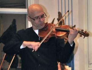Oliver Bensch als Solist und Dirigent bei einem Konzert in der Michael-Kirche in Göppingen